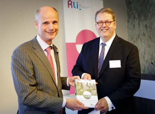 Henry Meijdam, voorzitter Rli, overhandigt de adviezen aan minister Blok (Wonen). Foto Fred Ernst