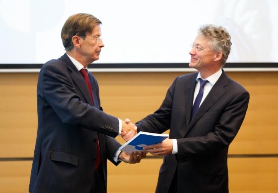 Jan Jaap de Graeff, voorzitter Rli, (l) overhandigt het advies aan secretaris-generaal Maarten Camps, Ministerie EZ, 1 juli 2016 Foto Fred Ernst