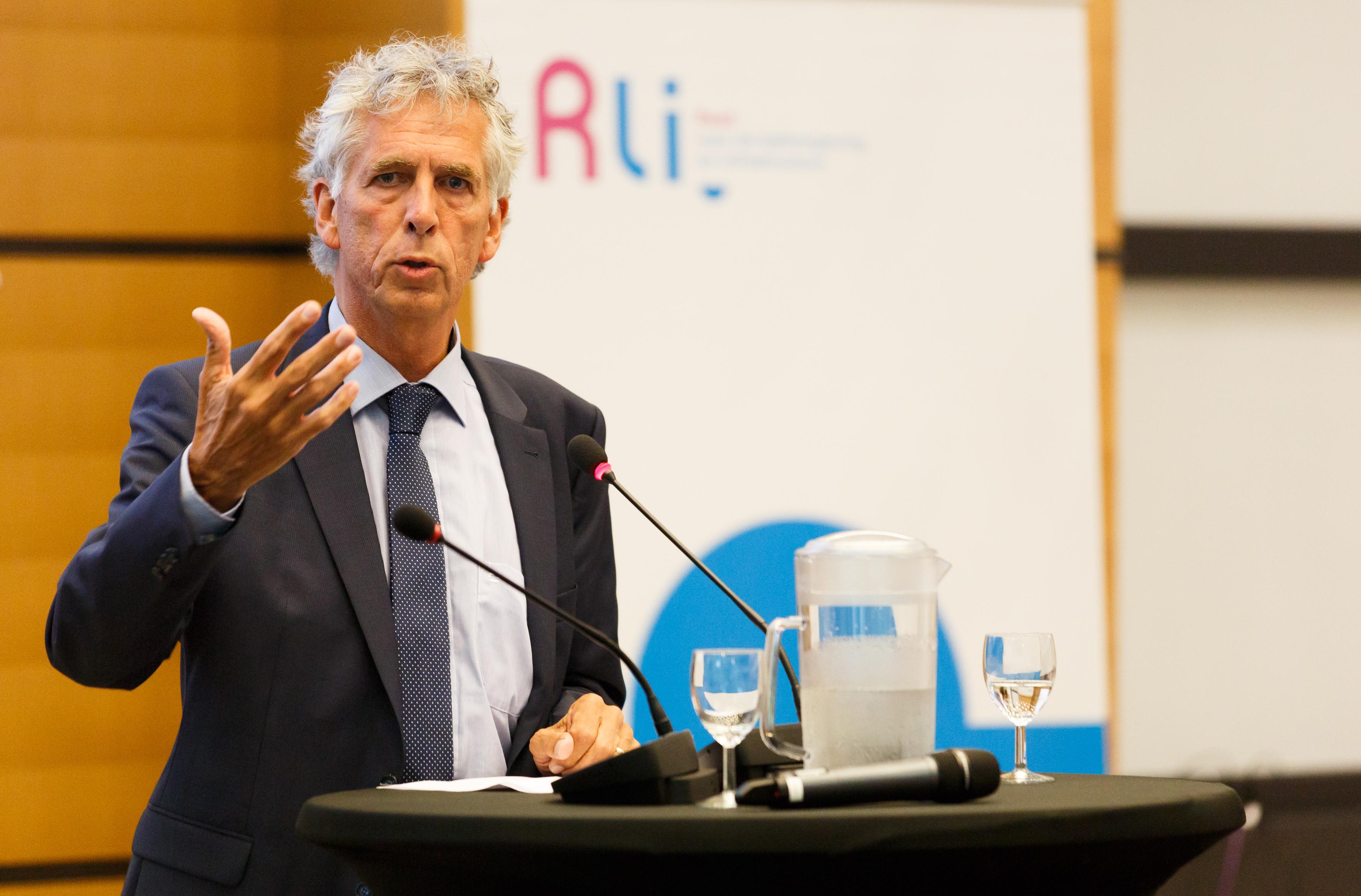directeur-generaal Mark Frequin Ministrie IenM neemt  het advies namens de minister in ontvangst en reageert op het advies, 1 juli 2016 Foto Fred Ernst