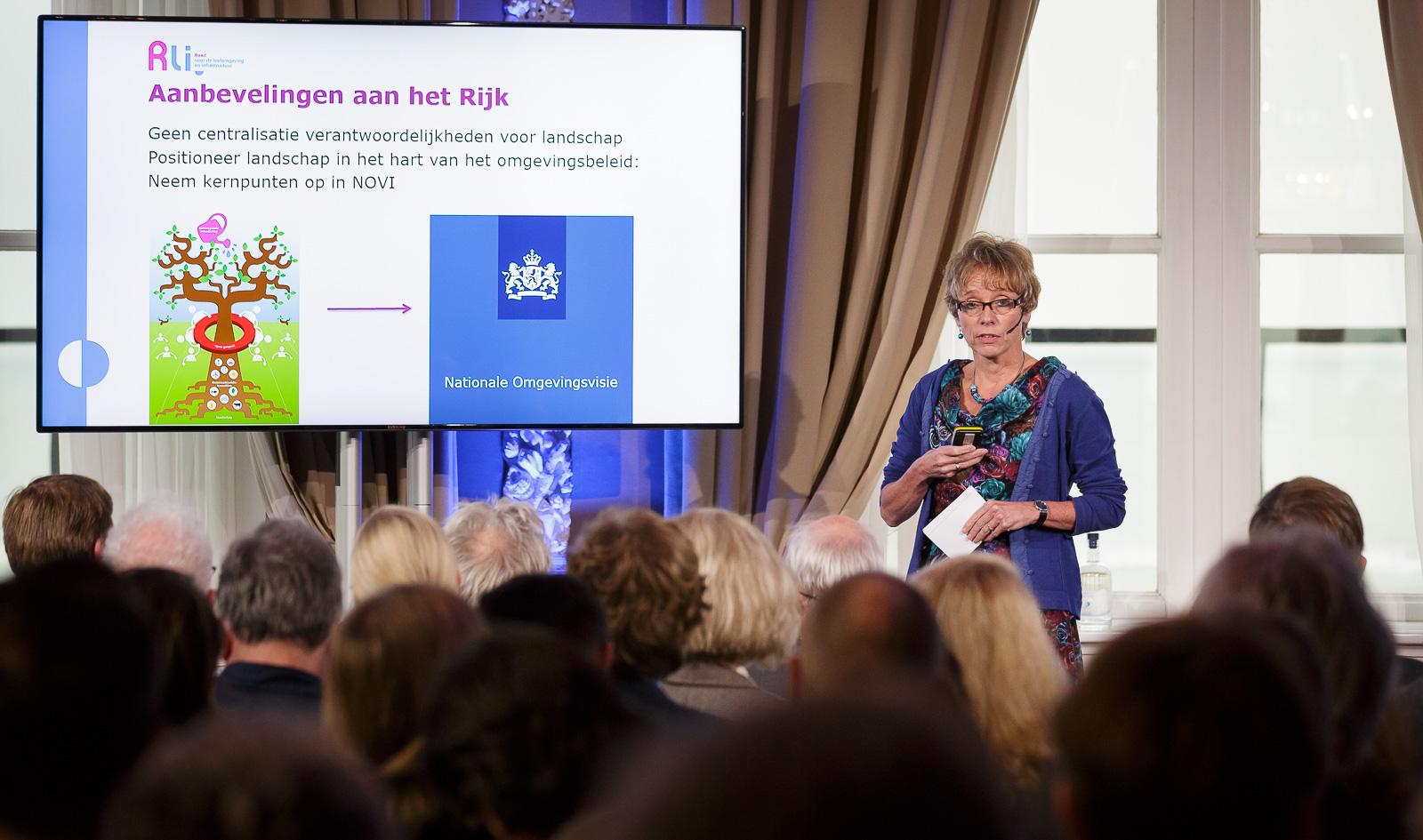 Annemieke Nijhof (Rli) presenteert het advies (Foto Fred Ernst)