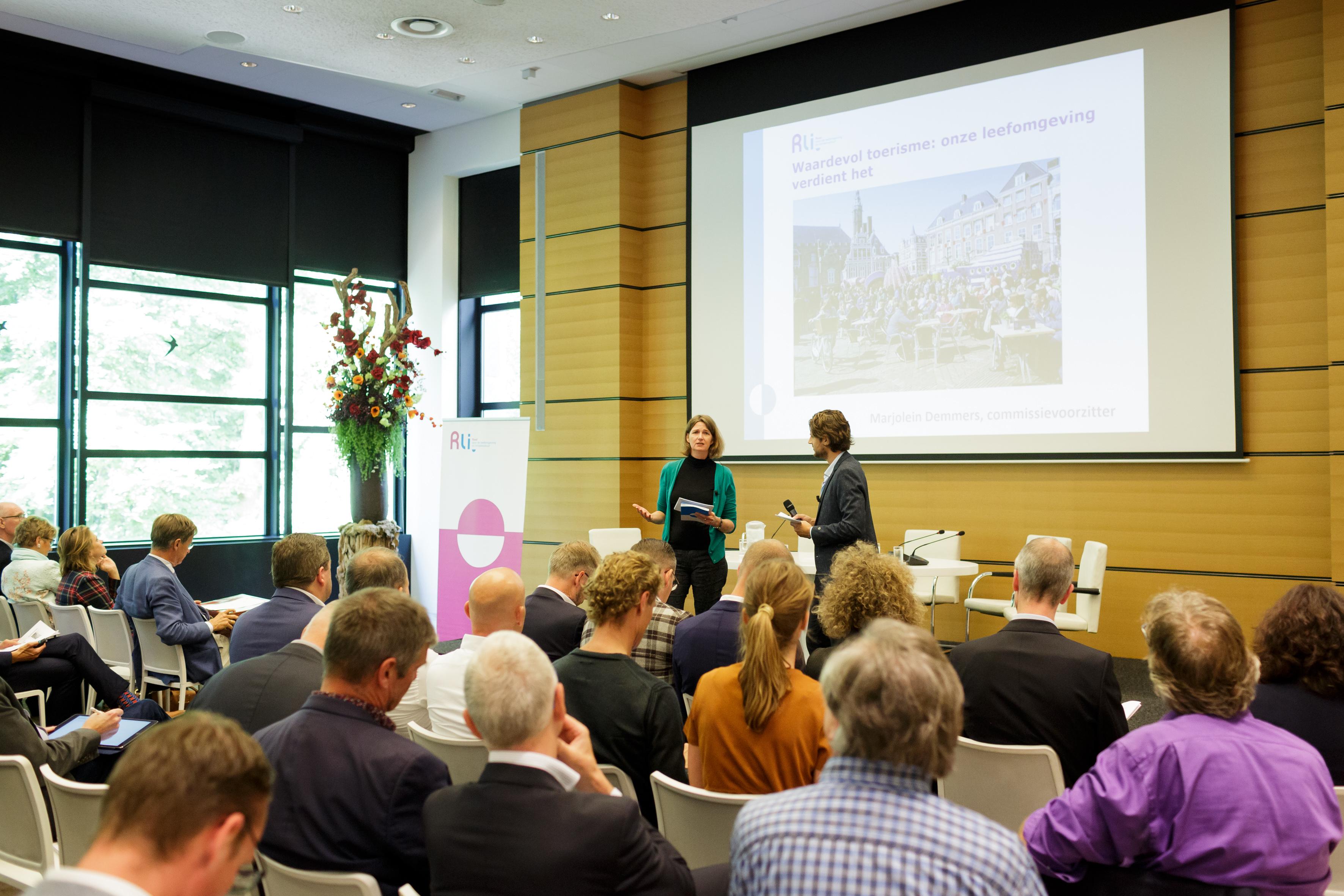 Marjolein Demmers, raadslid Rli,  licht het advies 'Waardevol toerisme' toe. Foto Fred Ernst