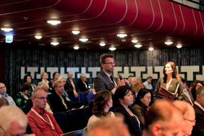 foto van de zaal tijdens de plenaire sessie