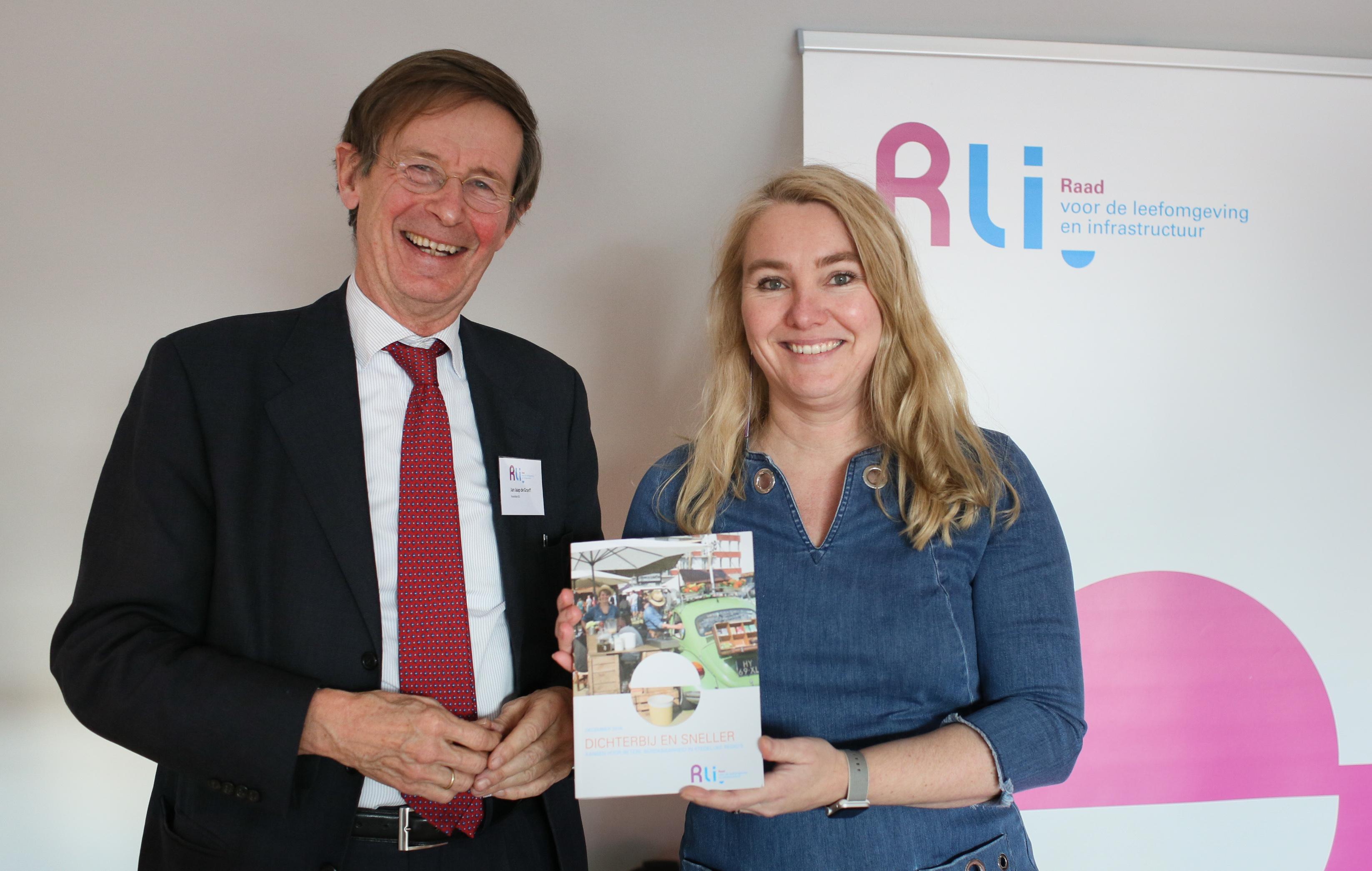 Jan Jaap de Graeff, voorzitter Rli, overhandigt het advies Dichterbij en sneller aan minister Schultz van IenM