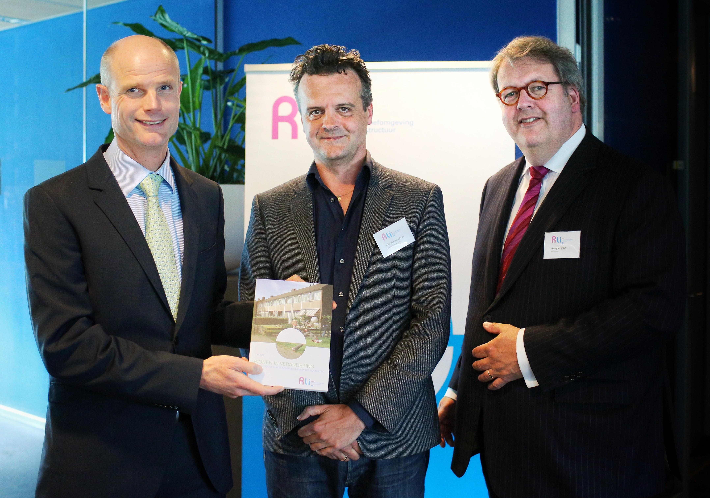 Wouter Vanstiphout en Henry Meijdam bieden het advies Wonen in verandering aan aan minister Blok