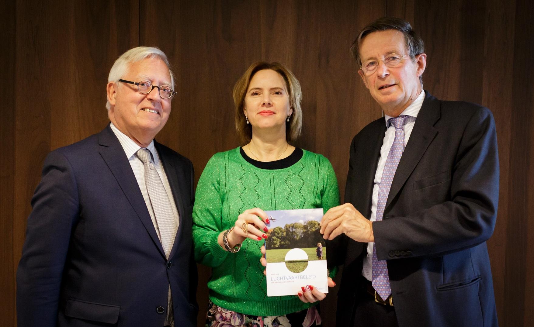 foto van de aanbieding aan minister van IenW