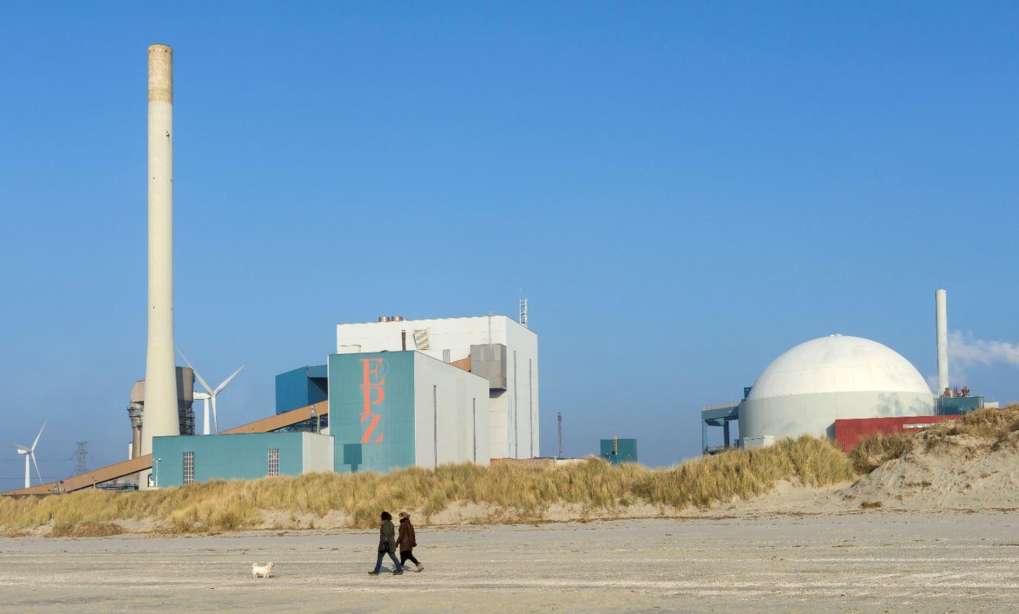 foto van de kerncentrale Borssele en windmolens voor duurzame energie aan de Westerschelde in Zeeland