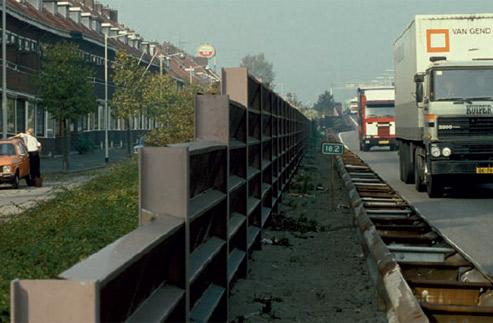 Foto Snelweg en geluidsscherm langs woonwijk