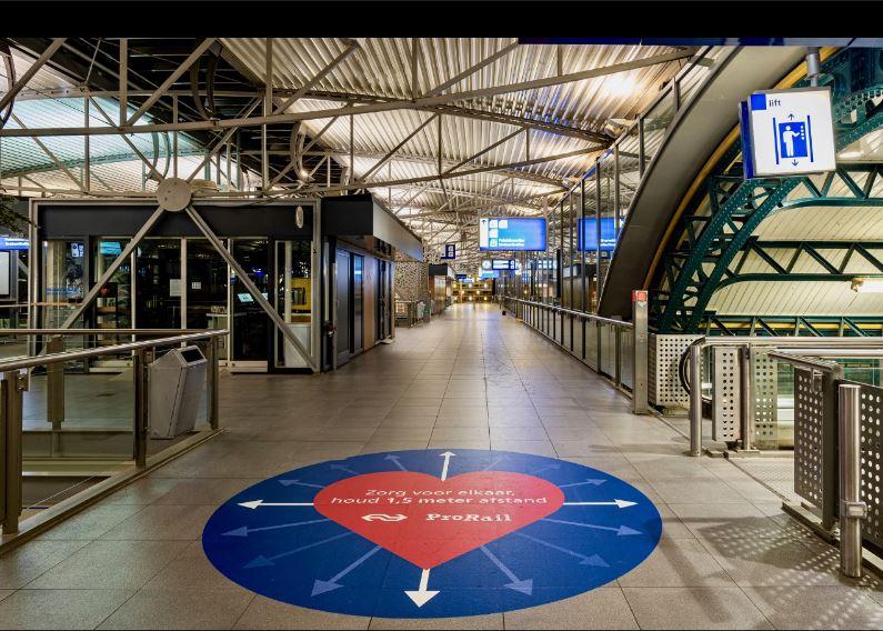 station Utrecht  traverse met op de grond aangegeven Houd 1,5 m afstand