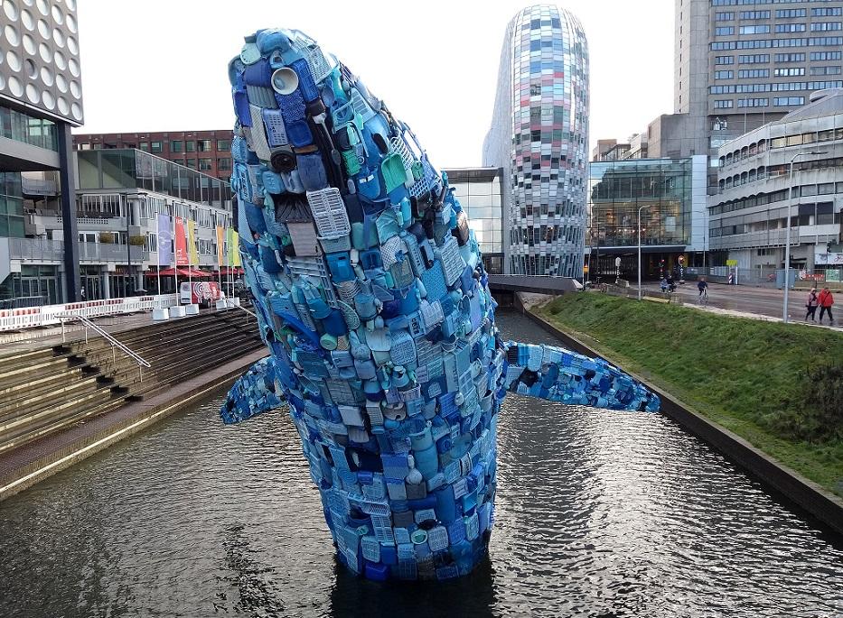 foto van kunstwerk / plastic walvis gemaakt van 5 ton zwerfafval