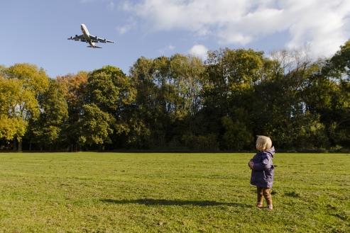 Vliegtuig vliegt laag over het Amsterdamse Bos naar Schiphol om te landen