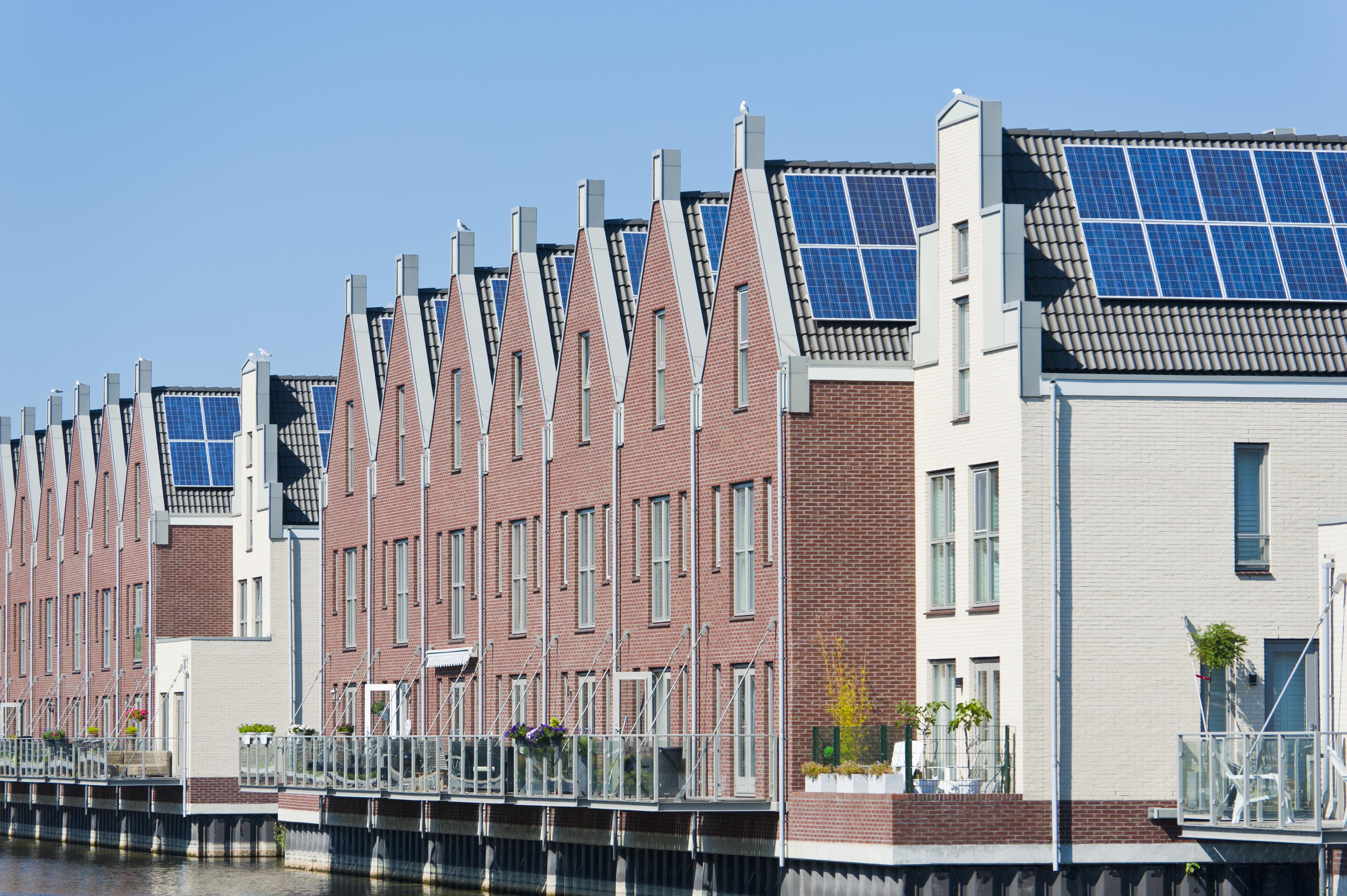 foto huizen met zonnepanelen op daken