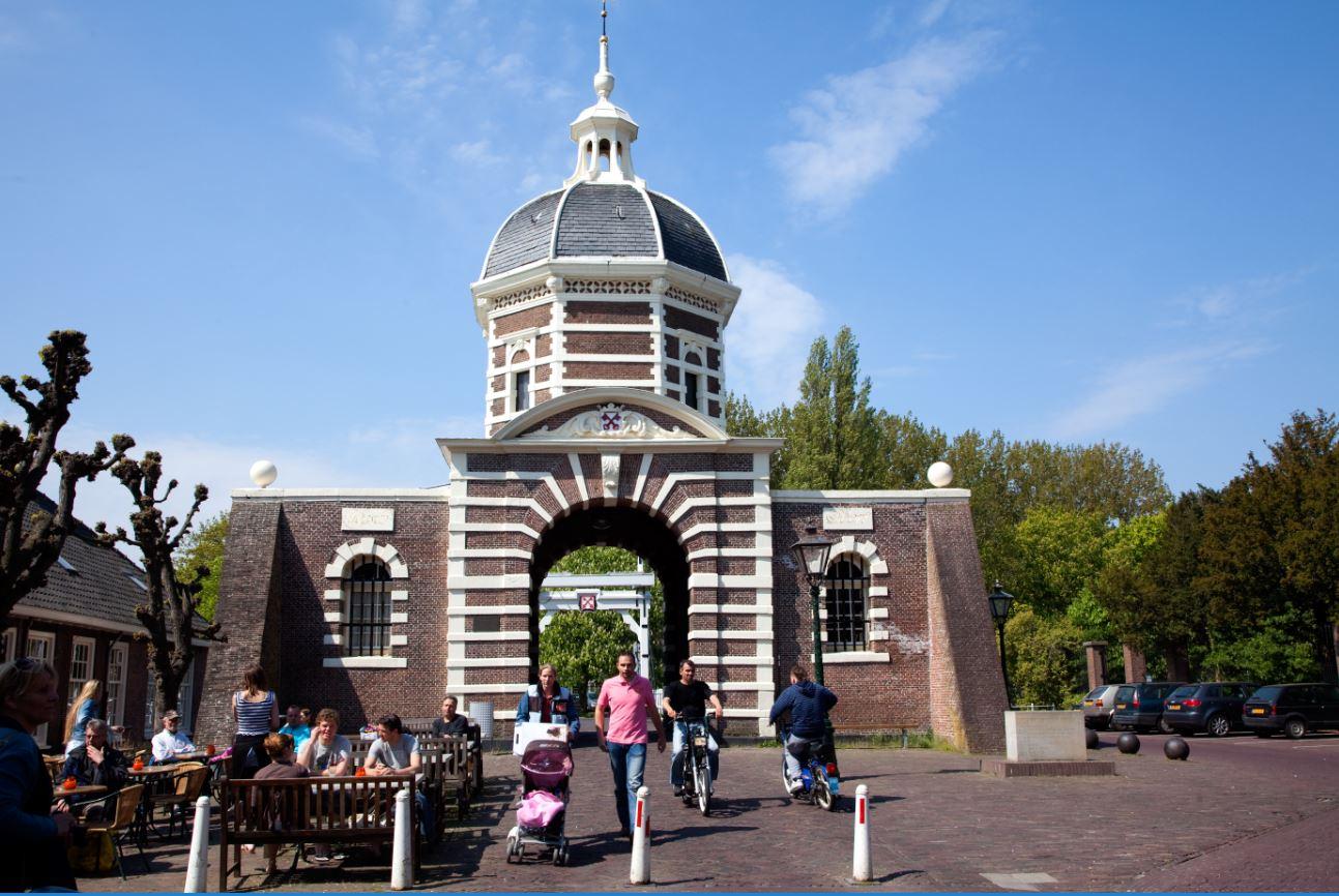 foto van de stadspoort van Leiden
