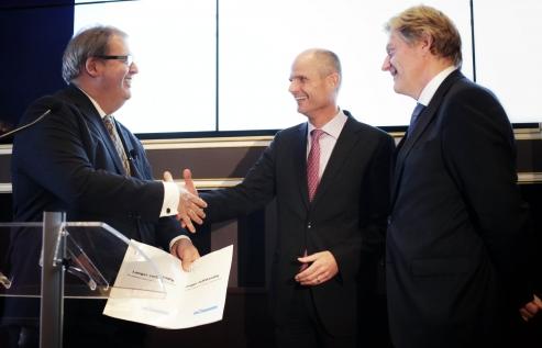 Rli voorzitter Henry Meijdam overhandigt het advies aan Minister Blok en staatssecretaris van Rijn