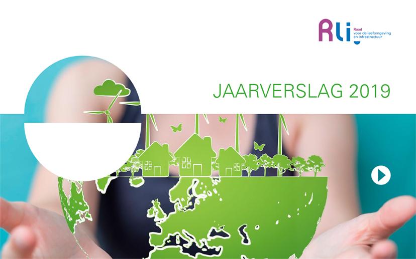 illustratie op de kaft van een doorzichtige wereldbol met in het groen de landen aangegeven gepresenteerd op twee handen