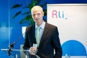 Foto van minister Stef Blok die reageert op van het advies 'Wonen in verandering'.
