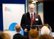 Foto van Rli voorzitter Henry Meijdam die de presentatie bijeenkomst van het advies op 25 juni 2015 opent
