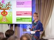 Foto: Annemieke Nijhof, raadslid Rli, presenteert het advies Verbindend landschap