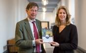 Jan Jaap de Graeff, vz Rli, overhandigt het advies aan Mona Keijzer, staatsecretaris EZKAanbieding