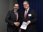 Foto van de aanbieding van het advies. De voorzitter van de Rli, Henry Meijdam, overhandigt het advies aan directeur-generaal van het Ministerie IenM Chris Kuijpers