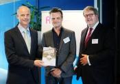 foto van de aanbieding aan minister Blok door Rli, Henry Meijdam en Wouter Vanstiphout