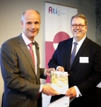 foto aanbieding Rli-adviezen aan minister Blok (Wonen)
