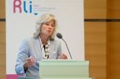 Marike van Lier Lels, raadslid Rli, presenteert het advies Mainports voorbij