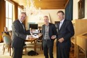Commissaris van de Koning van provincie Zeeland, Han Polman (l), neemt de verkenning in ontvangst met Co Verdaas (m) raadslid, en Jan Jaap de Graeff (r) voorzitter Rli .