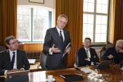 Commissaris van de Koning van provincie Zeeland, Han Polman reageert op de verkenning die hij zojuist in ontvangst heeft genomen