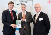 Overhandiging van de handreiking Technologie op waarde schatten aan secretaris-generaal Maarten Camps (EZ)
