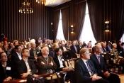 Impressie van de zaal, met vooraan staatssecretaris Van Rijn en minister Blok