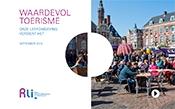 Kaft met titel en foto van een markt met volle terrasjes