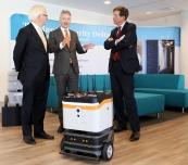 Jan Jaap de Graeff, Rli  (r) sg Maarten Camps (EZ) en Niels Koeman , Rli  (l) met robot Sam va security systems bij presentatie van Technologie op waarde schatten 10 mrt 2017