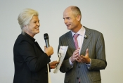 Afbeelding dagvoorzitter Wouke van Scherrenburg interviewt minister Blok (Wonen)