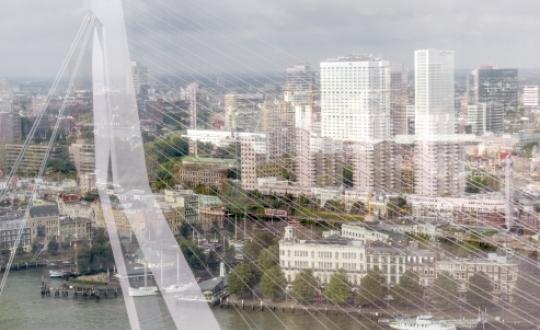 Stad Rotterdam gezien vanaf de Erasmusbrug