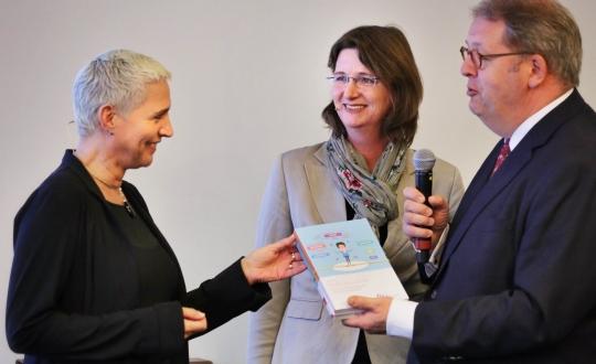 foto aanbieding advies aan staatssecretaris Mansveld (IenM)