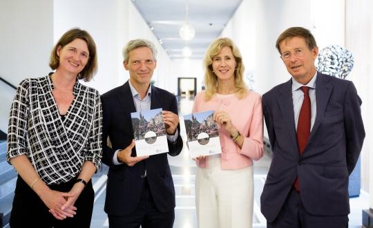 foto van de aanbieding advies door de voorzitter van de Rli De Graeff en raadslid Demmers aan staatssecretaris Keijzer EZK en Van kempen dg BZK