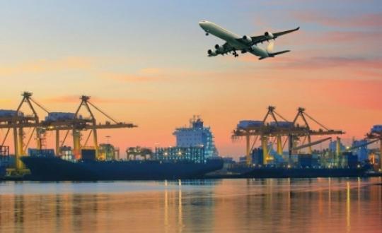 foto van schepen in de haven Rotterdam en vliegtuig erboven