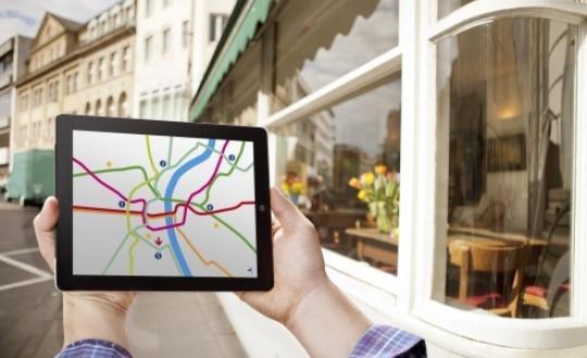 foto van route zoeken op de Ipad lopend in de stad