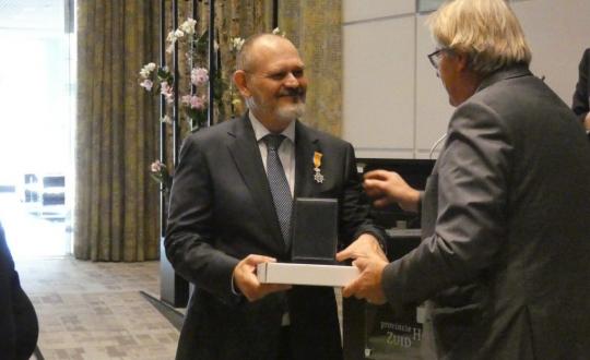 Ron Hillebrand ontvangt de koninklijke onderscheidng uit handen van de Commissaris van de Koning Jaap Smit