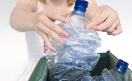 foto afvalscheiden plastic flessen
