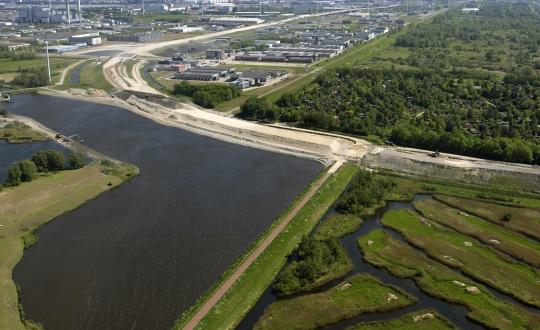 foto van stad, water, dijk en polderlandschap