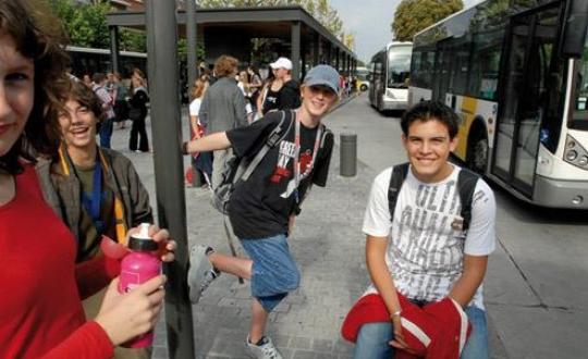 Foto jongeren bij busstation