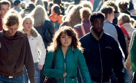 Foto individuen in wandelende massa mensen