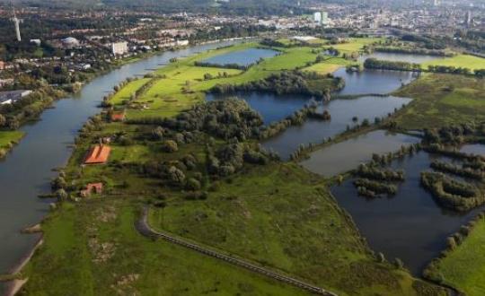Luchtfoto stad en overgang buitengebied