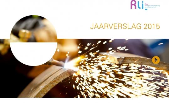 cover jaarverslag met foto van slijpen van metaal en opspattend vuur