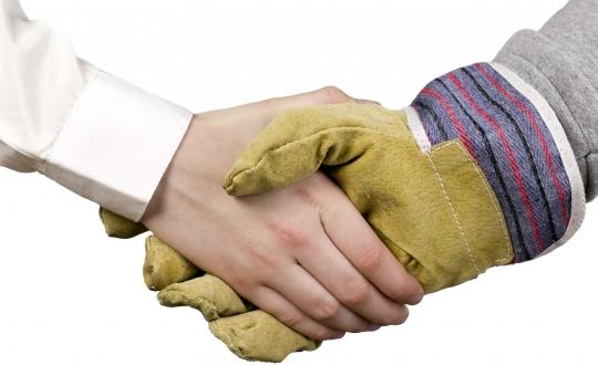 symbolische handdruk om deal rond te maken