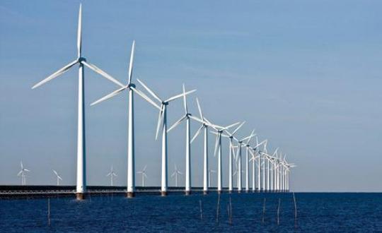 foto windmolens op zee