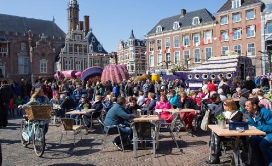 markt met volle terrasjes
