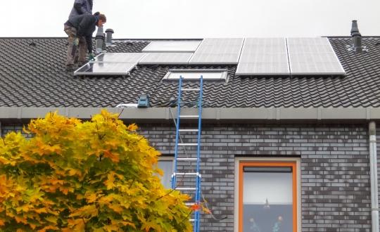 aanleg van zonnepanelen op het dak van een woonhuis