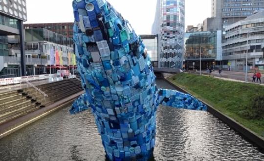 plastic walvis gemaakt van 5 ton zwerfafval uit de oceaan bij Hawaï in Catharijnesingel voor TivoliVredenburg (Utrecht), dit kunstwerk is ontworpen door bureau StudioKCA; fotocredit (Evert-Jan Pol)